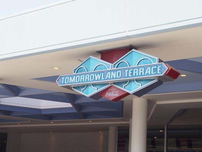 【ミッキーシェイプバーガー】トゥモローランド・テラスを徹底解説!メニュー&値段!パレードを観るコツも!