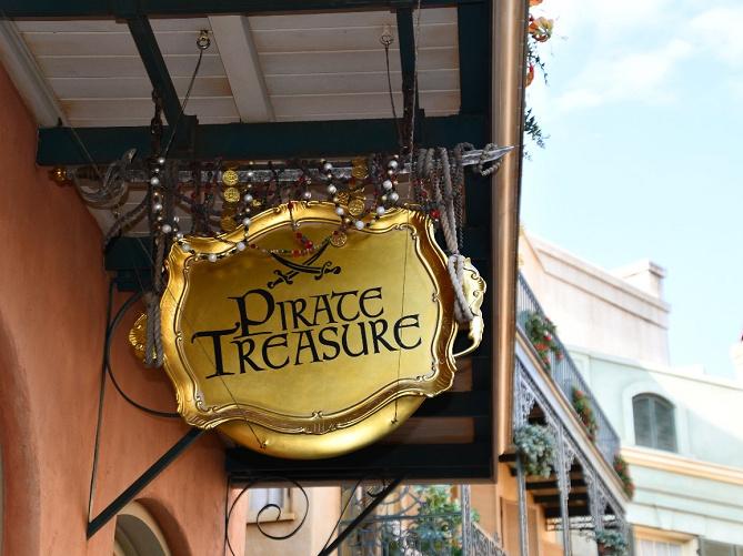 【パイレーツトレジャー】ディズニーランドの海賊グッズ販売店!パイレーツモチーフのお土産&海賊ミッキーも