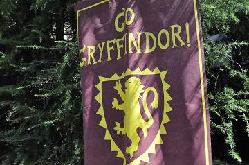 【ハリポタ用語】「グリフィンドール」を解説!名前の由来や所属の先生&生徒、USJで買えるグッズ