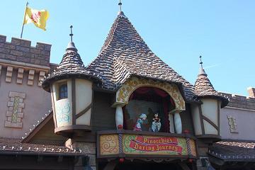 【ピノキオの冒険旅行】ディズニーランドのアトラクション!おもしろ演出・ストーリー・怖さレベルを解説!
