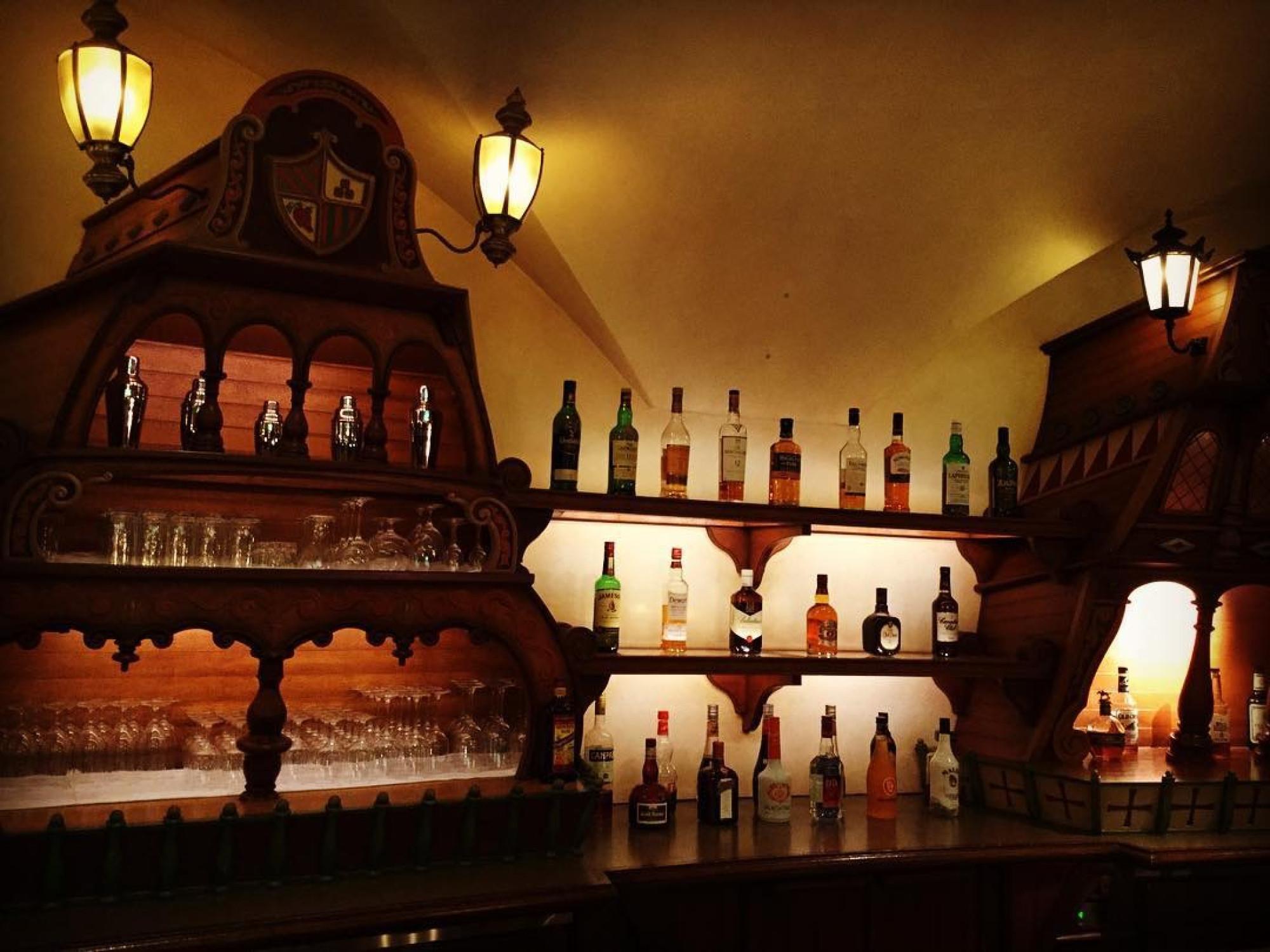 店内にはたくさんのお酒が並びます