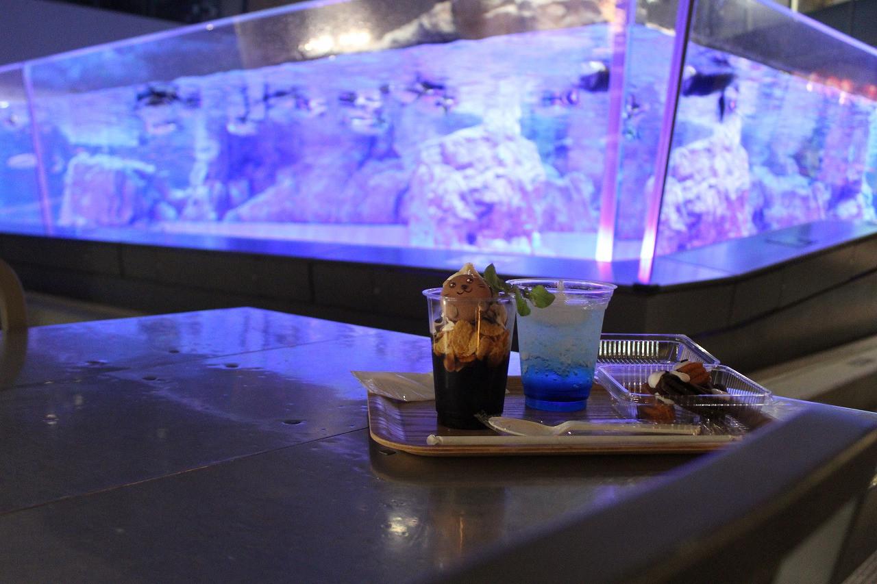 ペンギンの水槽を眺めながらスイーツやビール、軽食が楽しめます