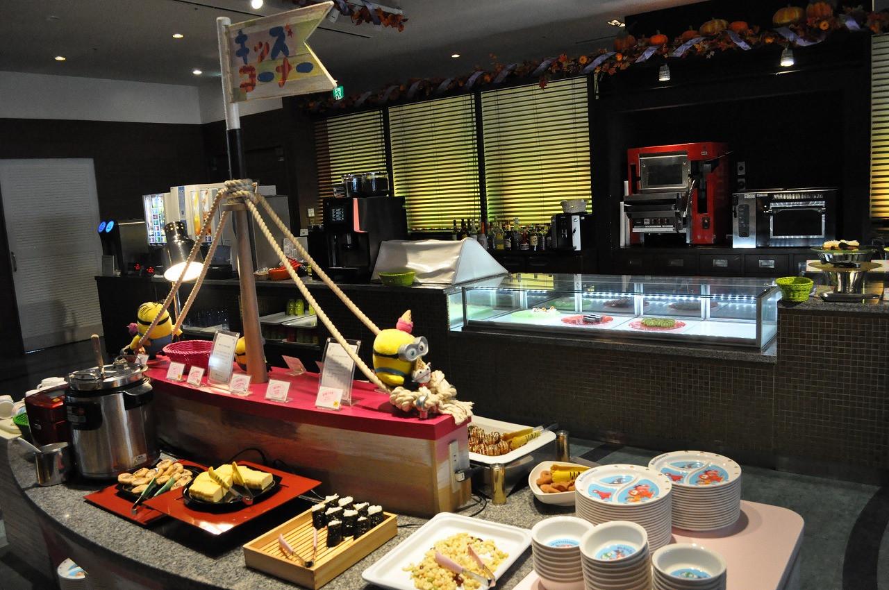 キッズコーナーの机は子どもの高さ☆子どもが見て料理を選べる工夫がうれしい