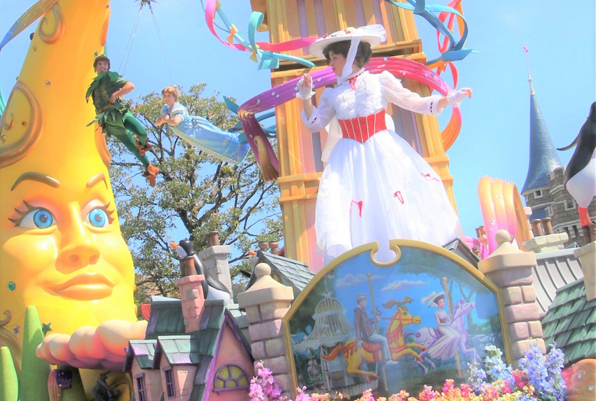 お祝いムードに溢れるディズニーランドの新パレード
