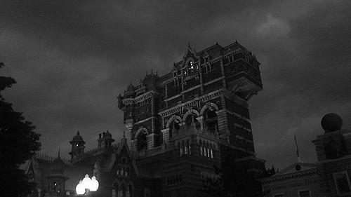 曇り空が似合うタワー・オブ・テラー。白黒で撮るのもいいですね