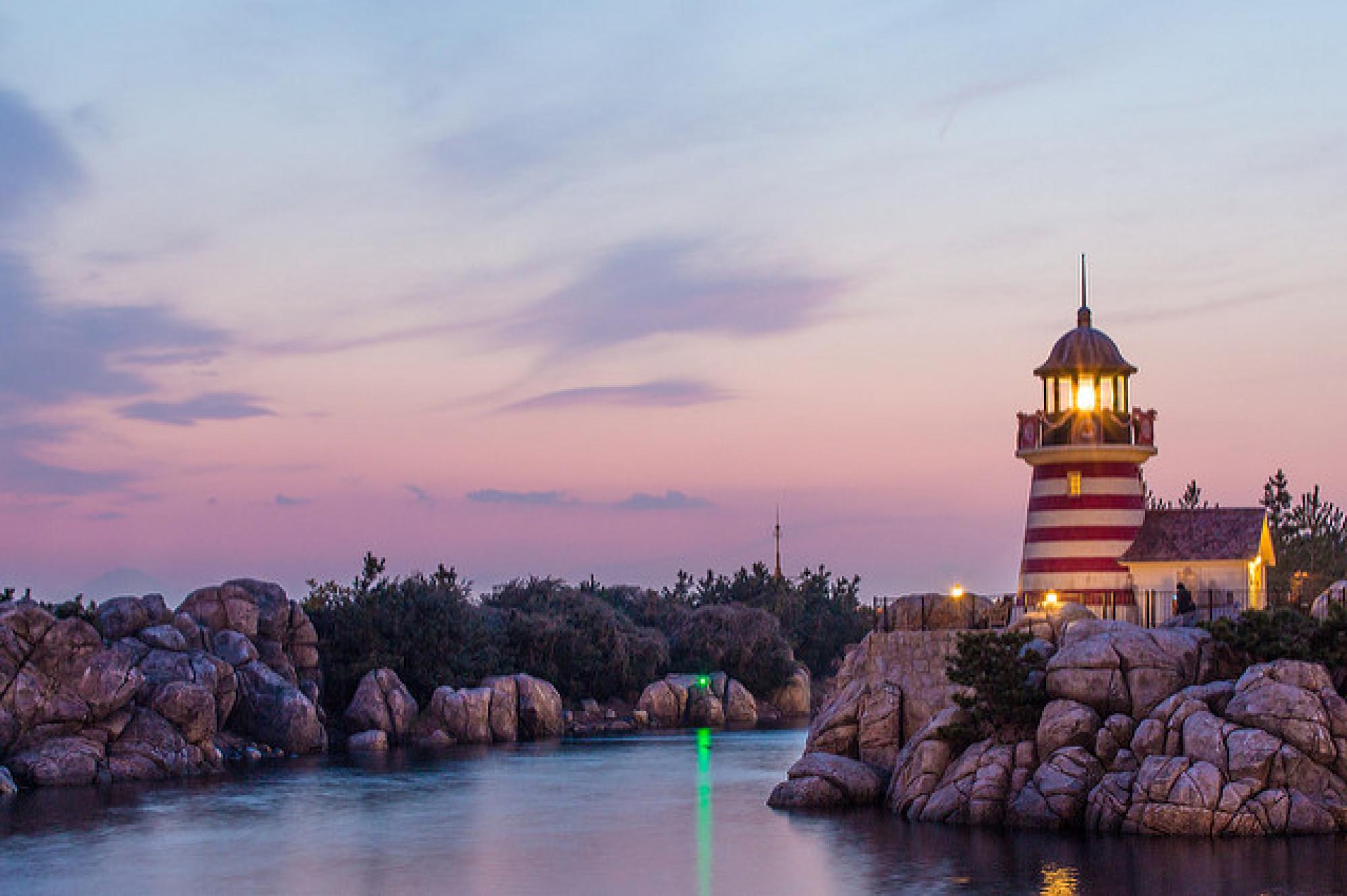 夕暮れ時の灯台が幻想的なケープ・コッド