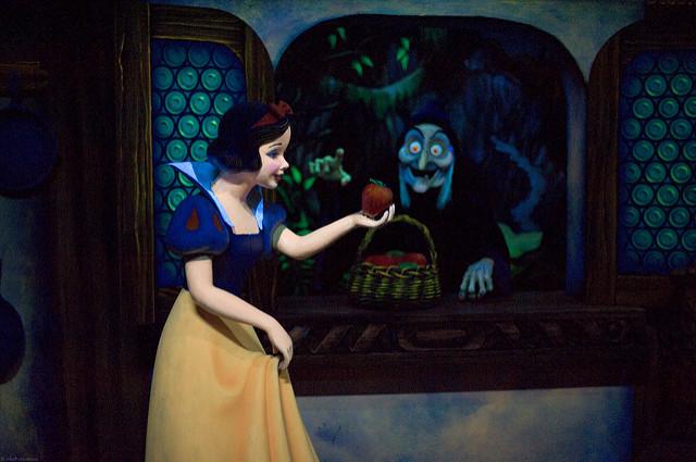 毒りんごを女王から受け取ってしまう白雪姫