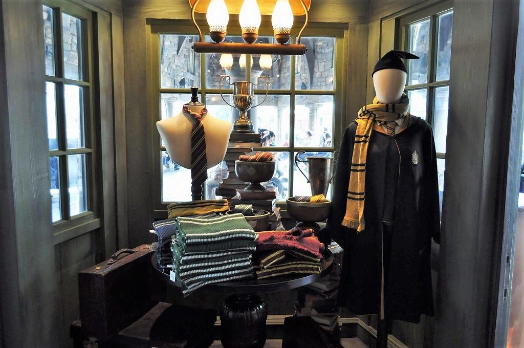 USJハリーポッターエリアでは魔法学校の生徒の制服が販売されている