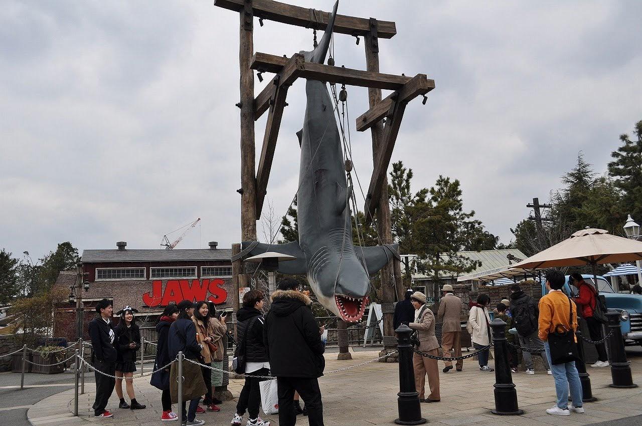 USJのジョーズ前には巨大人食いザメが!