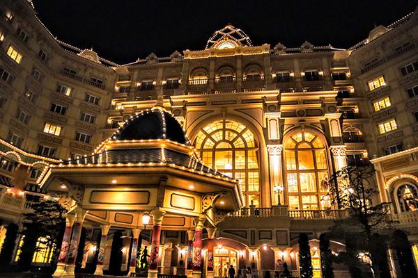 夜の東京ディズニーランドホテル外観