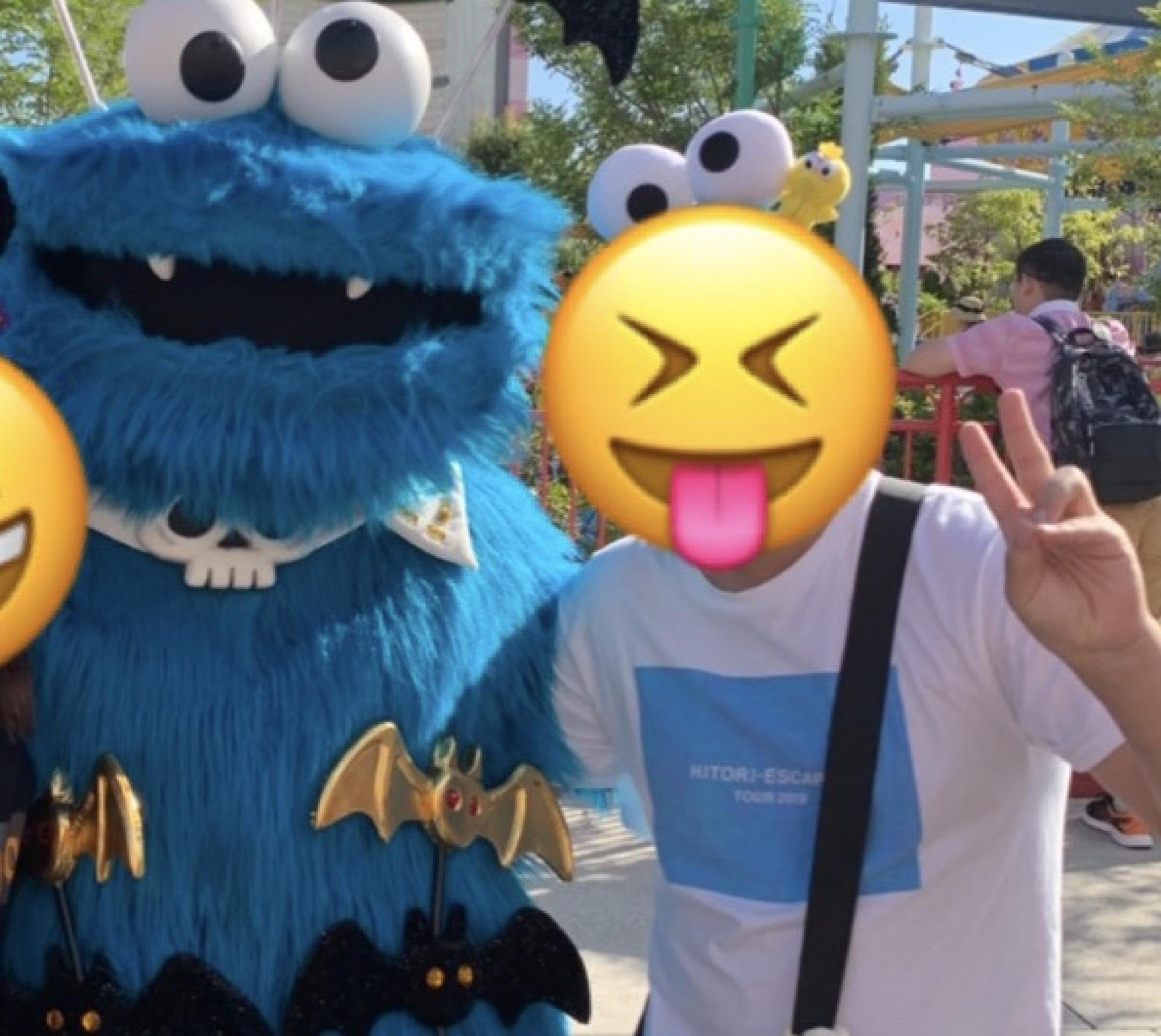 ヒトリエちゃんTシャツの筆者とクッキーモンスター