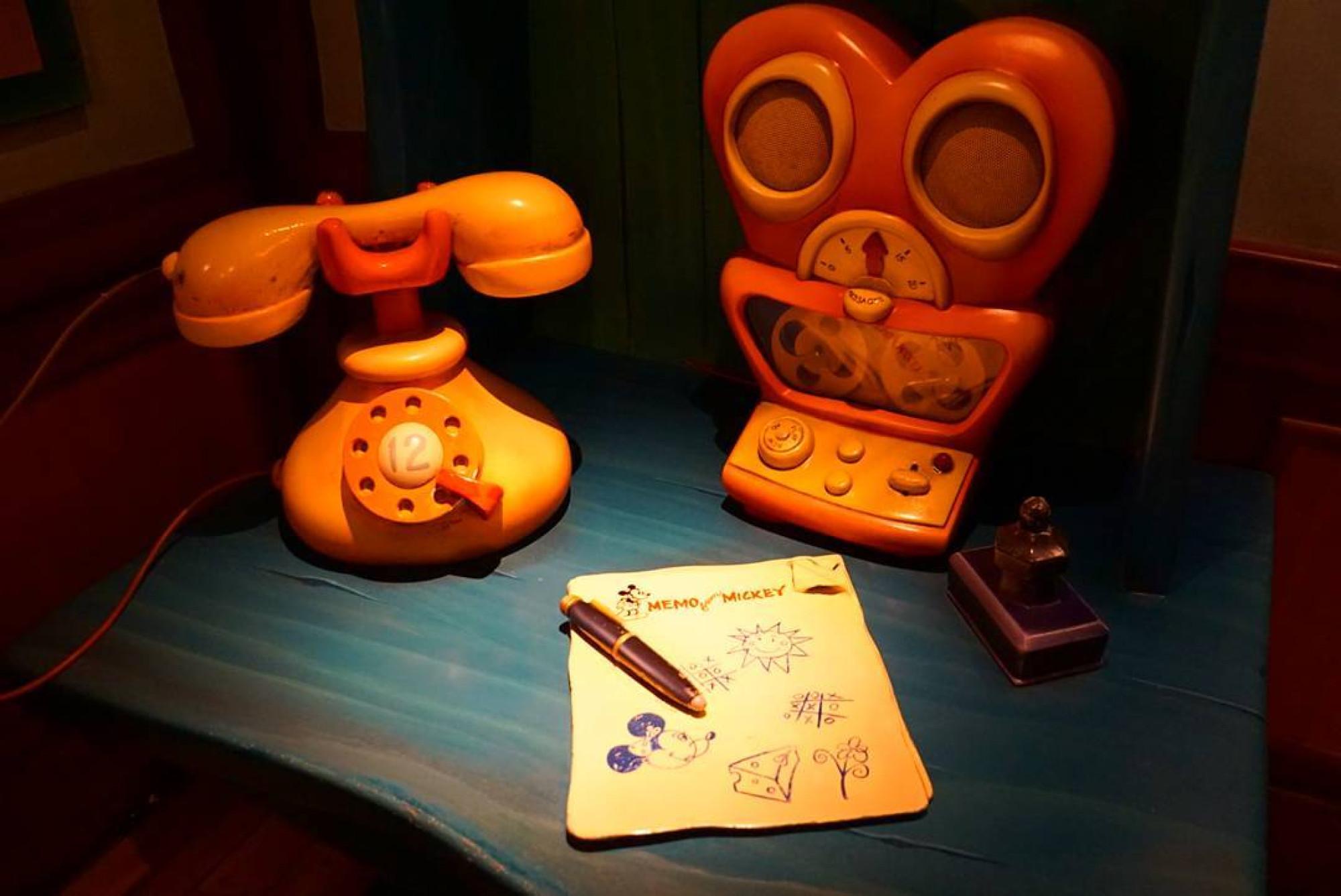 ミッキー家のデスク上にある電話