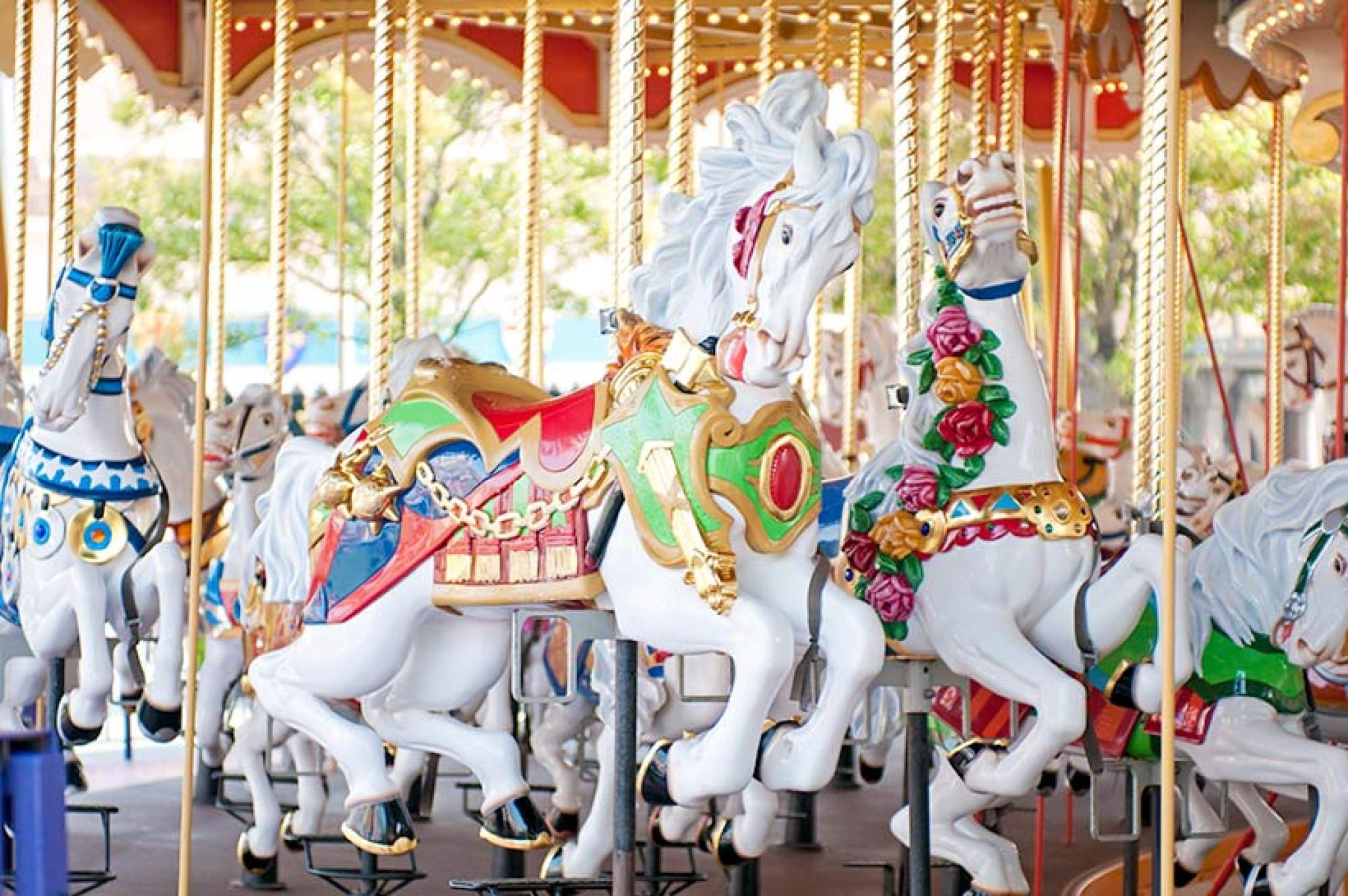 ディズニーランドの木馬はすべて白馬