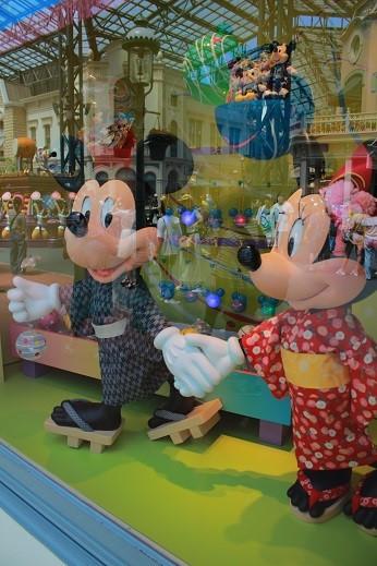 ミッキーとミニーも浴衣姿でデート中?
