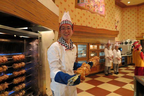 東京ディズニーランド クイーン・オブ・ハートのバンケットホール<br />調理業務のカリナリーキャストさん